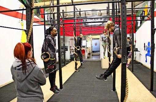 Ja nicht durchhängen lassen: Die Fortgeschrittenen-Gruppe trainiert an den Ringen. Für Einsteiger gibt es angepasste Übungen,  die jeder bewältigen kann. Foto: Chris Lederer