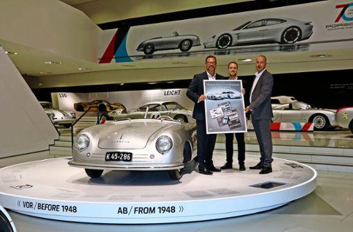 Porsche-Museumsleiter Achim Stejskal mit BW-Post-Geschäftsleiter Thorsten Graf und Regionalverkaufsleiter Markus Huber (v.l.) bei der Übergabe der Sondermarken. Foto: Lederer