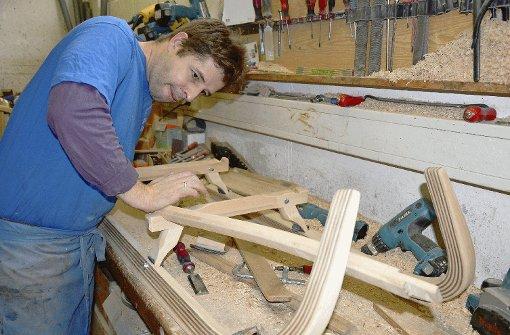 Fachmann bei der Arbeit: Bernhard Lederwasch in seiner Werkstatt. Foto: Krause