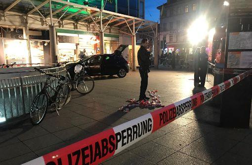 Mann fährt mit Auto in Menschenmenge – Passant stirbt