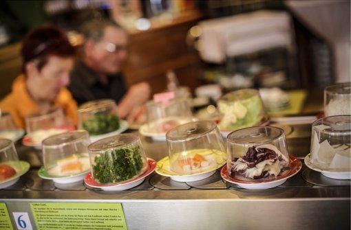 Essen am Fließband: Im Ha Long schauen die Zutaten beim Gast vorbei. Foto: Leif Piechowski