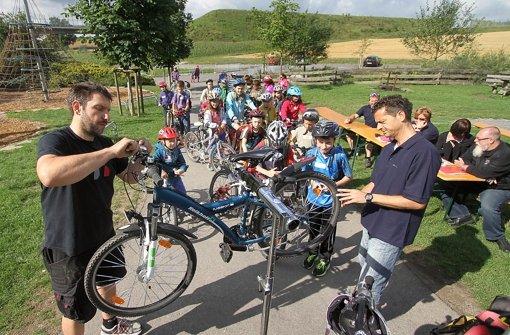 Kinder gehen mit Polizisten auf Fahrradstreife