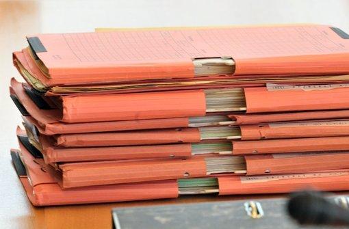 Akten des Verfassungsschutzes liegen  auf dem Tisch im Neonazi-Untersuchungsausschuss des Thüringer Landtages Foto: dpa