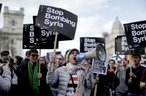 Demonstranten protestieren in Großbritannien gegen die Angriffe in Syrien. Foto: AP