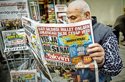 """""""Ja!"""" – ein Wort dominiert in den türkischen Zeitungen am Tag nach der Abstimmung. Doch der Vorsprung der Befürworter ist denkbar knapp. Foto: dpa"""