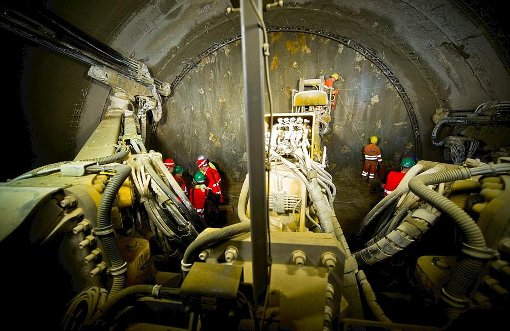 Noch 20 Minuten, dann knallt es - die Mineure im Steinbühltunnel bei Hohenstadt bereiten die nächste Sprengung vor. Foto: Kovalenko