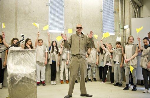 """Quell der Unterdrückung: Schauspieler Frank Deesz als Diktator in dem Theaterstück """"Revolutionskinder"""". Foto: Lichtgut / Max Kovalenko"""