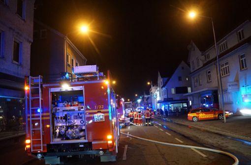 Feuerwehr und Rettungsdienste waren  bei dem Brand in Geislingen im Einsatz, bis 8.30 Uhr war die Bundesstraße 10 komplett gesperrt. Foto: SDMG