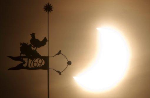 Augenärzte und Optiker warnen: Nicht mit bloßem Auge in die sich verdunkelnde Sonne schauen. Foto: dpa-Zentralbild