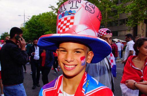 Von Kopf bis Fuß in die Landesfarben gehüllt, ist dieser junge kroatische Fan.  Foto: dpa