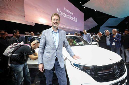 Auch Vorstand Ola Källenius (Konzernforschung & Mercedes-Benz Cars Entwicklung) posierte mit dem neuen Elektrowagen. Foto: TT News Agency