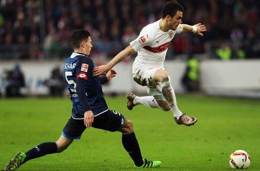 Unwiderstehlich: Filip Kostic zieht an Fabian Schär vorbei Foto: Getty