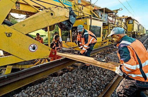 Die Bahn setzt riesige Baumaschinen ein