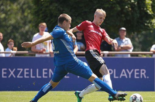 Auracher (li.) im Test gegen den FC Ingolstadt Foto:  Baumann
