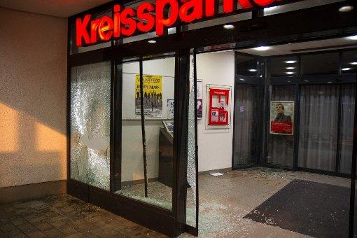 Zerborstene Scheiben an der Kreissparkassen-Filiale in Markgröningen: Sie wurden mit einer Eisenstange eingeschlagen. Foto: www.7aktuell.de | www.7aktuell.de/Dan Becker (34 Fotos)
