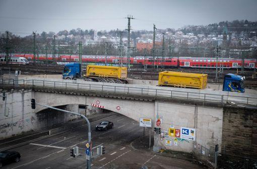 Diese Brücke ist bald Geschichte – und der Verkehr dann unten. Foto: Lichtgut/Achim Zweygarth
