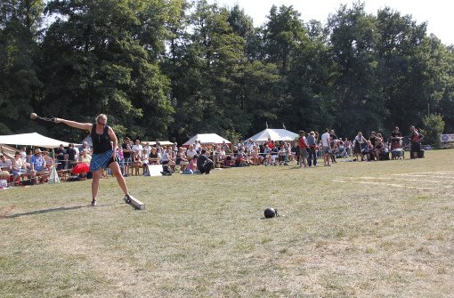 """Daniela Kuriger von den Black Sheep Highlanders aus der Schweiz beim  """"Weight for Distance"""", bei dem eine 6,35 bis zu 19,2 Kilogramm schwere Kugel möglichst weit geschleudert wird. Foto: Martin Braun"""