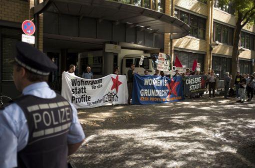 Vor dem Gericht wird für günstigen Wohnraum demonstriert. Foto: Lichtgut/Leif Piechowski