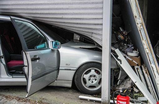 Autofahrer prallt gegen Garagentor
