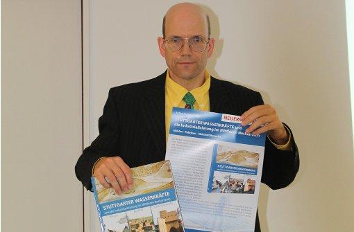 Der Historiker Achim Bonenschäfer hat aus seinen für eine  Dissertation gesammelten Fakten ein Buch über Stuttgarter Wasserkräfte gemacht. Foto: Sabine Schwieder