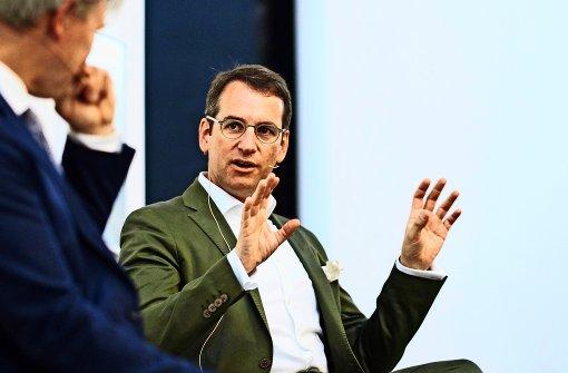 """Präziser Kunstmarktanalyst: Christie's-Geschäftsführer Dirk Boll (rechts) im Gespräch mit """"Stuttgarter Nachrichten""""-Titelautor Nikolai B. Forstbauer  in der  Galerie  Parrotta in Stuttgart. Foto: Steffen Schmid"""