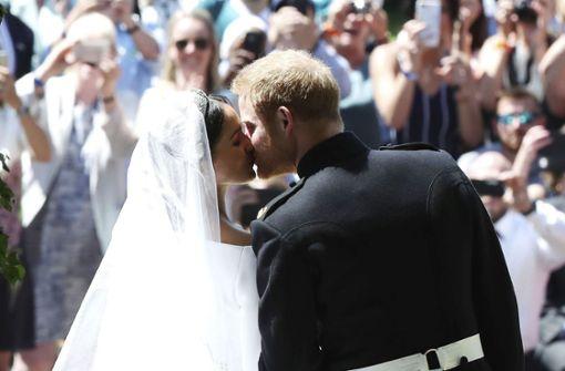 Da steckt Liebe drin: Inniger Kuss von Prinz Harry und Meghan Foto: AP