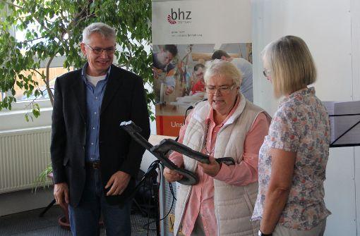 Bhz-Vorstandsvorsitzende Wiebke Wähling (M.) überreicht die symbolischen Schlüssel für die neue Zweigstelle. Foto: Torsten Ströbele