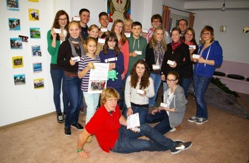 Die Jugendrotkreuz-Mitglieder sind stolz auf die 36 selbstgemalten Karten. Foto: A. Kratz