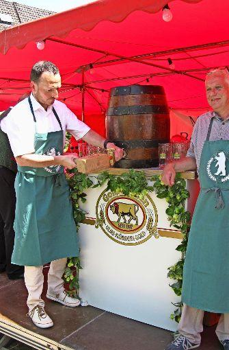 Oberbürgermeister Christoph Traub sticht mit dem Vereinsringvorsitzenden Jürgen Schäfer das Fass an.  Foto: Götz Schultheiss