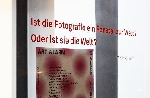 Kernfrage von Timm Rautert an den Fenstern der Galerie Parrotta Foto: Steffen Schmid