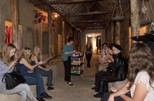 Die Kuratorin Annette Krämer (M.) führt eine Gruppe von Social-Media-Journalistinnen und -Journalisten durch die arabische Abteilung des Lindenmuseums in Stuttgart. Foto: Lichtgut/Michael Latz