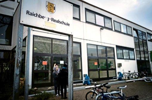 In der Halle der Raichberg-Realschule im Stuttgarter Osten herrscht große Unzufriedenheit bei den 120 Flüchtlingen Foto: Lichtgut/Max Kovalenko
