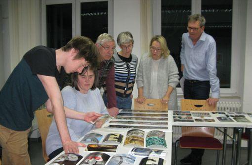Die Fotogruppe beim Studium der aktuellen Bilder. Foto: Dirk Herrmann