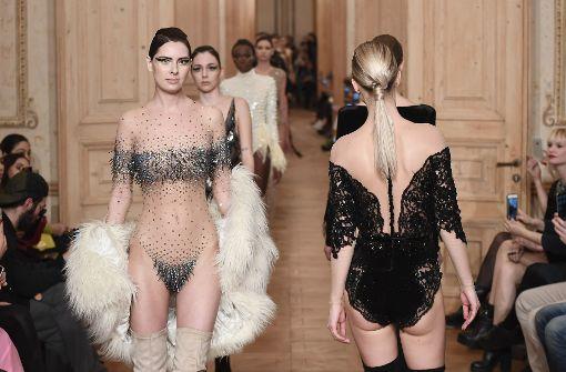 Bei der Show von Designer Cihan Nacar bei der Mercedes-Benz Fashion Week in Istanbul gibt es viel Haut und edle Stoffe zu sehen. Foto: Getty Images Europe