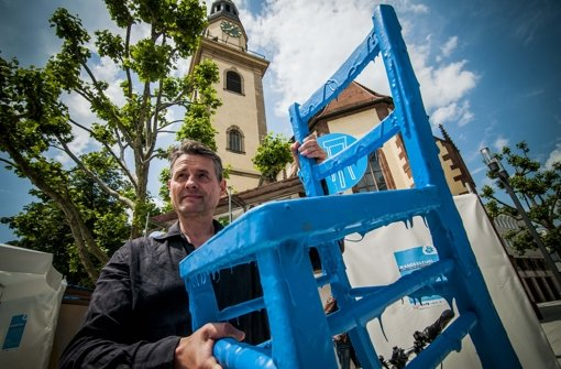 """Martin Holch von der Stadtverwaltung 2015 bei der Einführung des """"Wanderstuhls"""" auf dem Hospitalplatz Foto: Lichtgut/Max Kovalenko"""