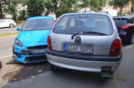 ... und schob diesen durch den Aufprall auf zwei geparkte Autos. Foto: SDMG