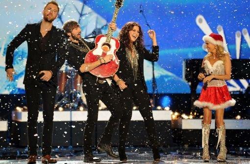 Die Band Lady Antebellum bei einem Auftritt mit Co-Moderatorin Kristin Chenoweth Foto: AP