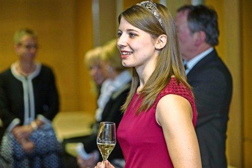 Da macht auch die württembergische Weinkönigin keine Ausnahme:  Mara Walz  stößt zu Silvester mit Sekt an. Foto: factum/Weise