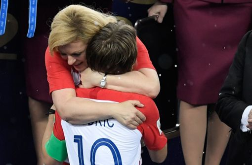 Nach dem denkwürdigen Finale gegen Frankreich herzte Kroatiens Kolinda Grabar-Kitarovic ... Foto: AFP