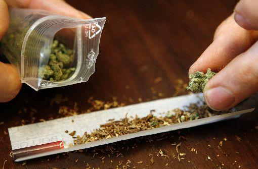 Polizei stellt Drogen und Waffen sicher