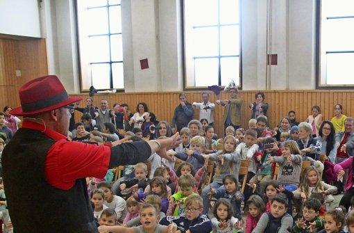 Der Zauberer Phillip Flint begeisterte die Kinder Foto: Ralf Recklies