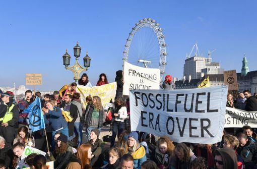 Klimaschützer blockieren Brücken - Dutzende Festnahmen