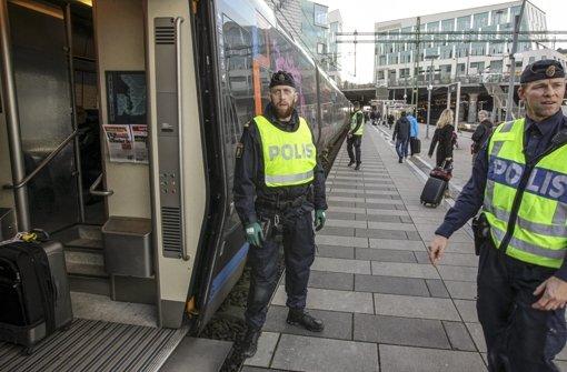 In Schweden wird das Risiko befürchtet, dass große Gruppen in den Untergrund verschwinden. Darauf bereitet sich nun  die Polizei etwa mit dem Ausbau der Grenzpolizei und mehr Ausländerkontrollen im Land vor. Foto: Dpa