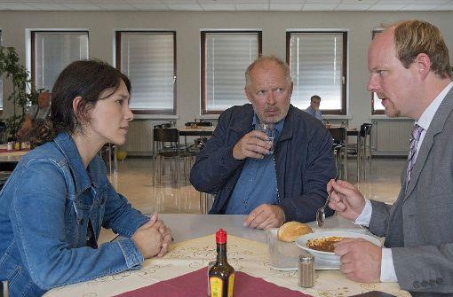 Borowski (Axel Milberg, Mitte) und Brandt (Sibel Kekilli, li.) befragen Eggers' ehemaligen Personalchef (Stephan A. Tölle, re.).  Foto: NDR Presse und Information