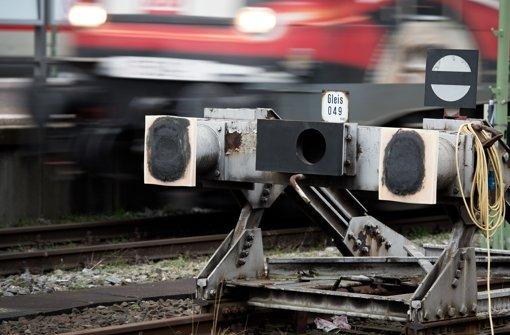 Prellbock 049 steht weiterhin auf einem Gleis am Hauptbahnhof Stuttgart. Der Prellbock wurde 2010 beim symbolischen Baustart für das Bahnprojekt Stuttgart 21 mit einem Bagger aus dem Gleis gehoben und versetzt. Foto: dpa