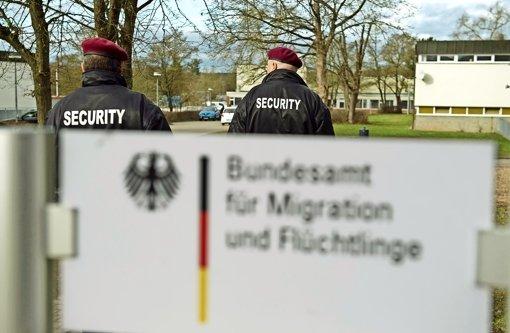 Eine verantwortungsvolle Aufgabe, die auch Sensibilität verlangt: Die Mitarbeiter des Sicherheitsdienstleisters Siba Security GmbH,  die in der Reinhardt-Kaserne in Ellwangen auf Streife gehen, wurden in Schulungen auf den Umgang mit Flüchtlingen vorbereitet. Foto: dpa