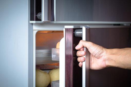 Außerdem hilft es, sich seiner Gewohnheiten bewusst zu machen: Stellen Sie keine warmen Lebensmittel in den Kühlschrank, weil dann viel Energie verbraucht wird, um die Speisen herunter zu kühlen.Entnehmen Sie Butter, Aufschnitt und Käse nur kurz und stellen Sie die Lebensmittel dann schnell wieder zurück in den Kühlschrank, damit sie nicht zu warm werden.Überlegen Sie sich erst, was Sie aus dem Kühl- oder Gefrierschrank brauchen und öffnen Sie dann die Tür: Mehrmaliges Öffnen und Schließen der Kühlschranktür verbraucht viel Energie.Außerdem sollte die Tür nicht zu lange geöffnet bleiben. •Überlegen Sie sich erst, was Sie aus dem Kühl- oder Gefrierschrank brauchen und öffnen Sie dann die Tür: Mehrmaliges Öffnen und Schließen der Kühlschranktür verbraucht viel Energie.•Außerdem sollte die Tür nicht zu lange geöffnet bleiben. Foto: shutterstock/Patty Chan