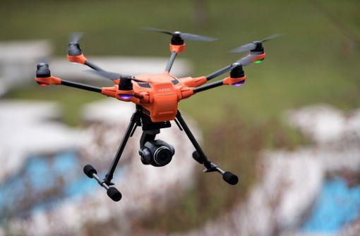 Drohnenpilot bricht im Eis ein