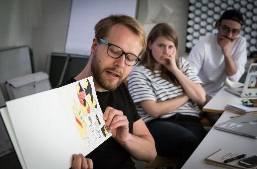 Kritische Blicke: die Studenten Christoph Binder, Stephanie Herrmann und Yannick Stechmeyer-Emden (von links) arbeiten an den Entwürfen für ein neues Landeswappen. Foto: Lichtgut/Achim Zweygarth