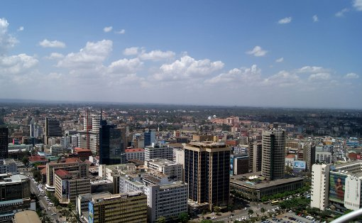 Die nächsten Monate verbringt das Paar in Nairobi, wo sie den kleinen Byron kennenlernen werden und viele Behördengänge auf sie warten. Foto: KICC
